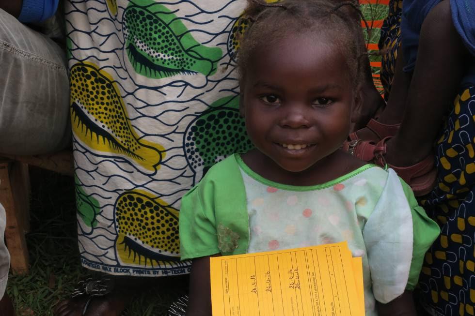 Una niña espera a ser vacunada.
