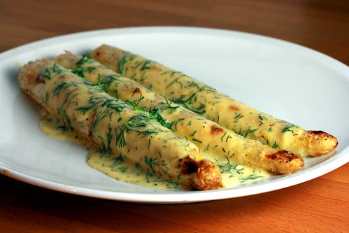 White aspagaus with dill hollandaise