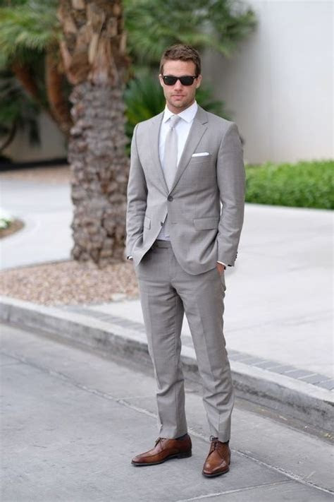 color shirt  tie   wear   gray suit