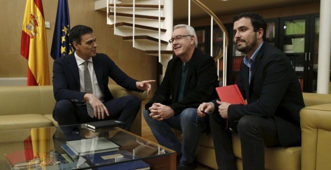 El candidato del PSOE a la presidencia del Gobierno, Pedro Sánchez, con Cayo Lara y Alberto Garzón, el pasado día 3 de febrero, en su ronda de contactos de cara a la investidura. EFE