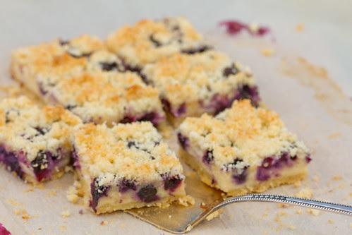 Purukook mustikate ja hapukoorekreemiga. Blueberry cake with sour cream filling and coconut crumble.
