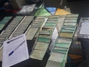 Polícia apreendeu mais de 200 documentos, que podem ser do lote extraviado do Departamento Nacional de Trânsito do Piauí em 2014. (Foto: Chiybunga/SSPMA)
