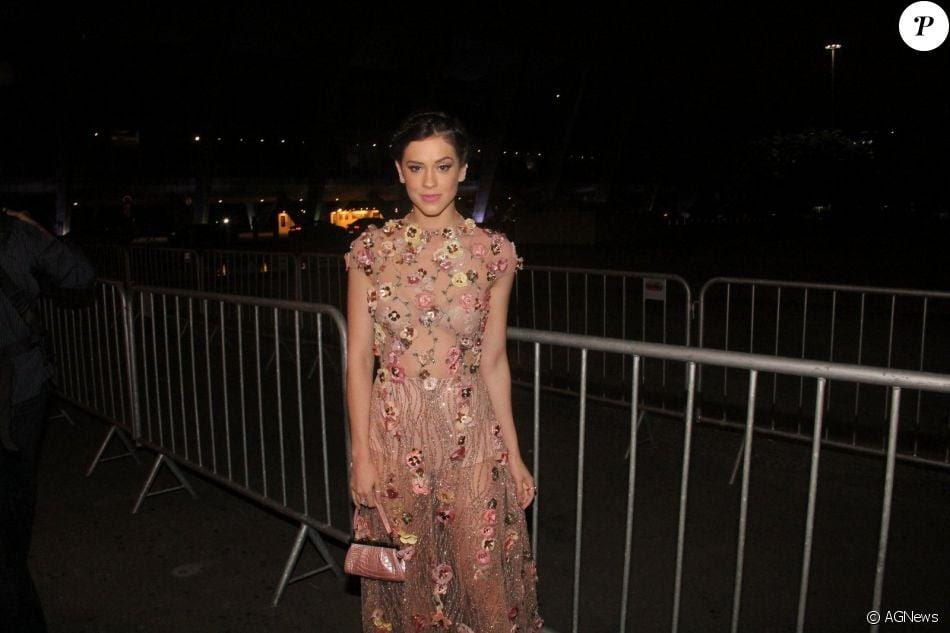 Sophia Abrahão esbanja boa forma com look transparente em premiação no Rio