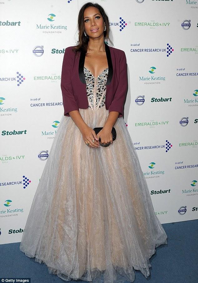 Sentindo frio?  Leona Lewis juntou-la ballgown rosa com uma jaqueta roxa