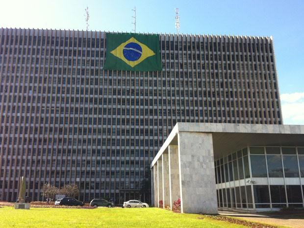 Uma bandeira brasileira foi colocada na fachada do Palácio do Buriti, sede do governo do DF (Foto: Káthia Mello/G1)