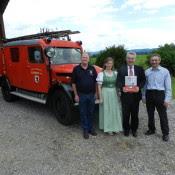 """Nachdem sich der HBP so sehr für das Feuerwehrauto interessiert hat und sich von Bergner Gerhard vieles zur Feuerwehr Berndorf sagen ließ, überreichten wir ihm eine Berndorfer Feuerwehrchronik, """"foto: peter lechner/hbf"""""""