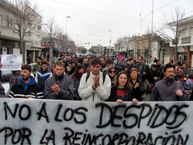 A group of demonstrators protest in the Argentine city of Rosario against the wave of lay-offs of public employees since President Mauricio Macri took office. Credit: Courtesy of Indymedia.org