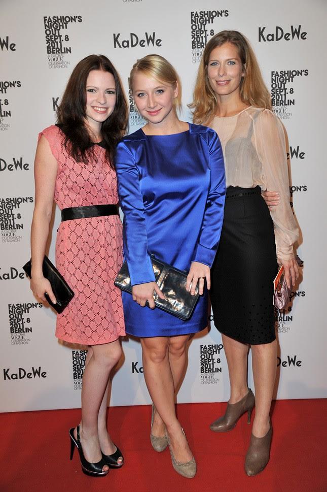 999c - Vogue_FNO_2011_KaDeWe_Jennifer Ulrich,Anna Maria Mühe,Valerie Niehaus_137