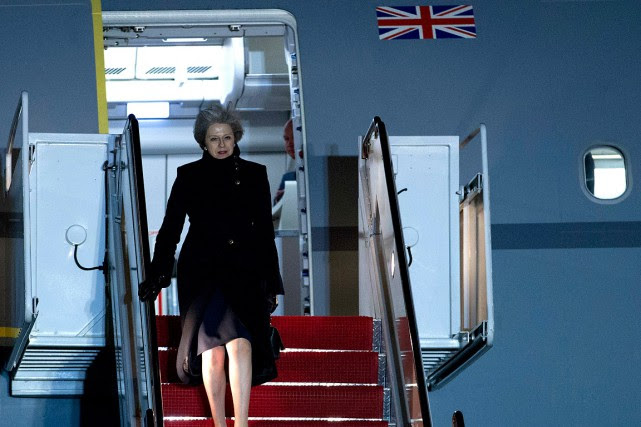 La première ministre britannique Theresa May descend de l'avion... (Jose Luis Magana, AP)