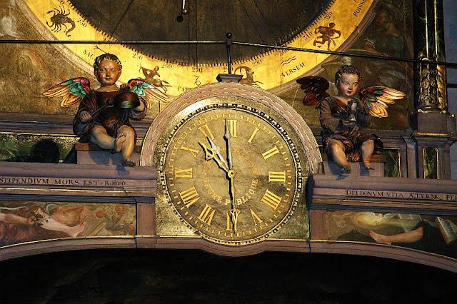 Relógio na catedral de Strasbourg