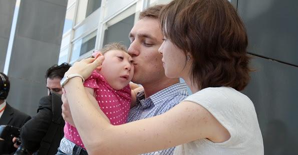 A pequena vitória recebendo carinho de seus pais Marcelo e Joana