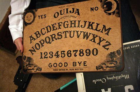 misteri permainan ouija  dipercaya mampu memanggil arwah