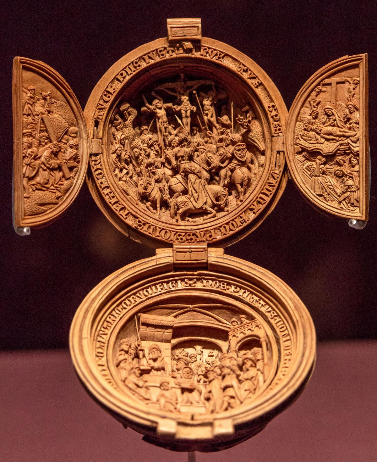 Castanhas de Oração do Século 16 primorosamente esculpidas 01