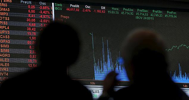 Investidores olham painel de cotações na Bolsa brasileira