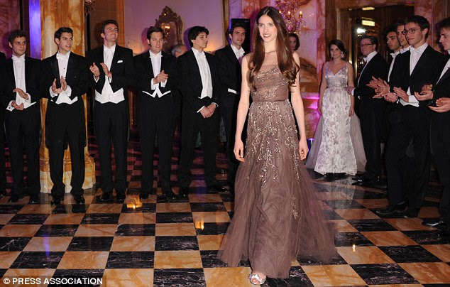 """Margaret fazendo sua estréia, as datas do debutantes """"são escolhidos pela bola do organizador Ophélie Renouard"""