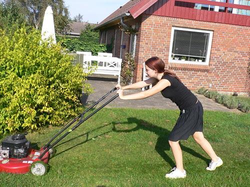 Bodil slår græs