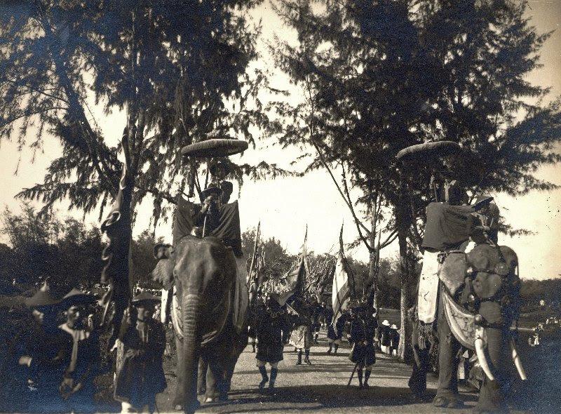http://nguyentl.free.fr/autrefois/funerailles-kd/Elephants_precedant_le_cortege.jpg