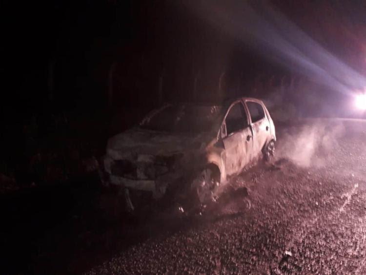 Carro foi localizado ainda em chamas - Foto: Divulgação | Simões Filho Online