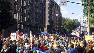 Decine di migliaia di lavoratori del settore pubblico hanno manifestato sabato 3 ottobre a Montréal (Québec) per l'aumento dei salari. A far scattare la mobilitazione è stata la proposta del […]