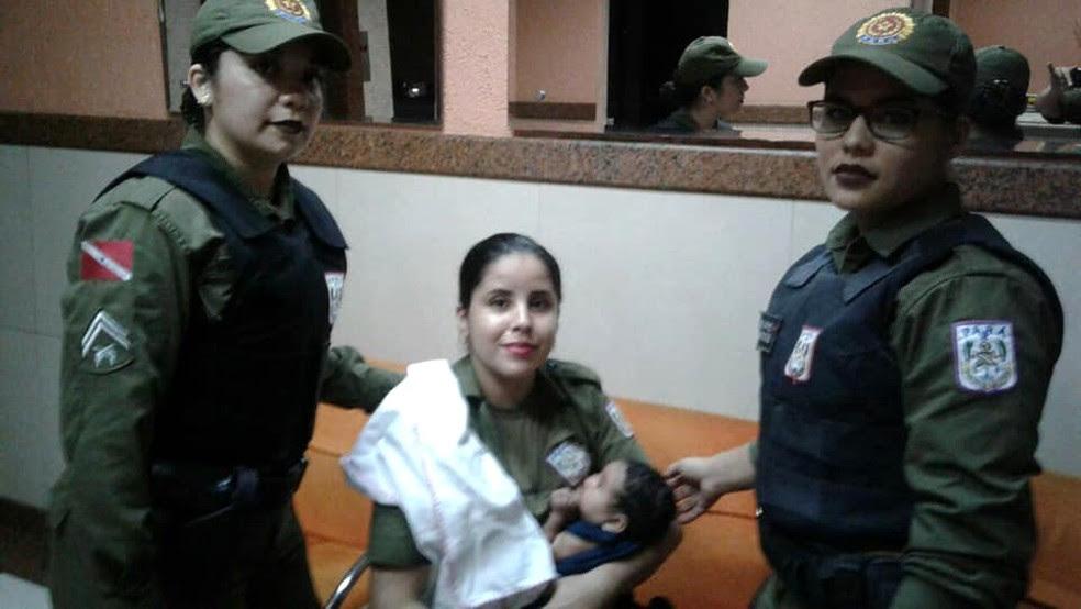 Soldado Ana Maria carrega a bebê no colo após amamentá-la (Foto: Arquivo Pessoal)