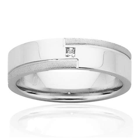 Mens White Gold Wedder with a Single Diamond