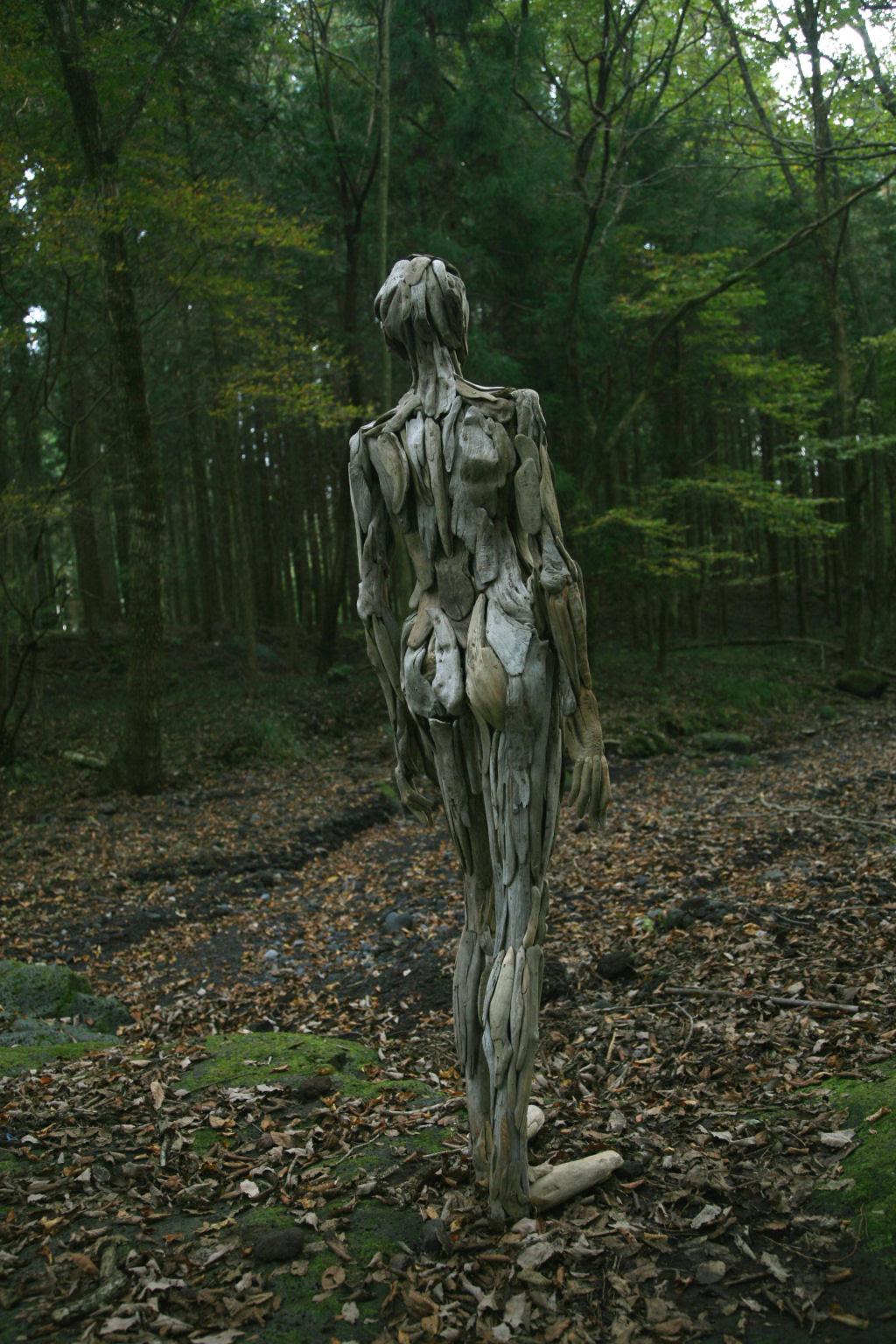 As inquietantes esculturas feitas com detrito de madeira no meio de bosque pelo japonês Nagato Iwasaki 14