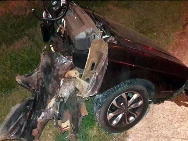 Carro se partiu ao meio após batida contra poste em Limeira (Foto: Reprodução/EPTV)