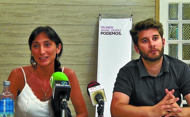 Miren Echeveste y David Soto, ayer en la sede de Podemos Irun. /