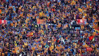Grada dels aficionats del Barça amb senyeres, estelades, banderes blaugranes i alguna d'espanyola (EFE)
