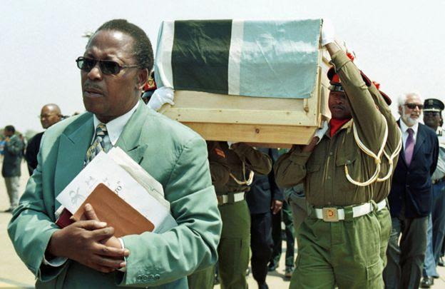 Soldados cargan el ataúd donde están los restos de