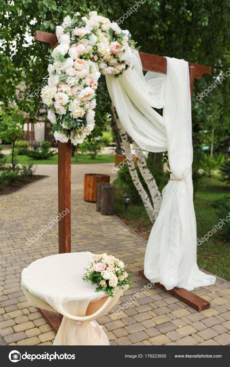 How To Decorate Wedding Arch With Fresh Flowers