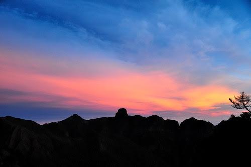日出前的大霸尖山