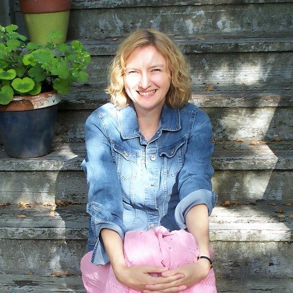 Headshot for author Barb Hendee.