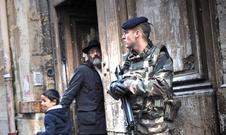 French soldier guards synagogue
