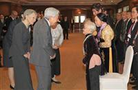 残留元日本兵家族と言葉を交わされる天皇、皇后両陛下 =2日午後、ベトナム・ハノイ(代表撮影)