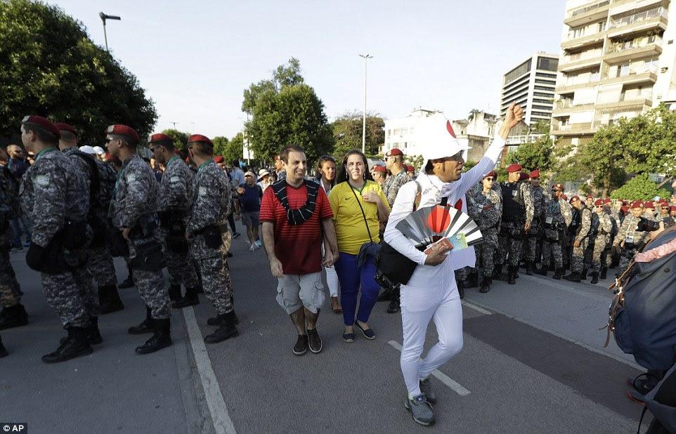 presença de segurança maciça: Esta foi a cena como espectadores começaram a chegar ao Estádio do Maracanã para a Cerimônia de Abertura