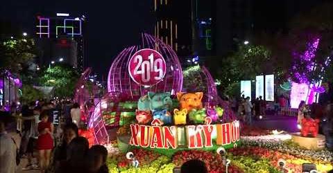 Người Sài Gòn háo hứng chờ đón giao thừa năm mới Tết Kỷ Hợi 2019