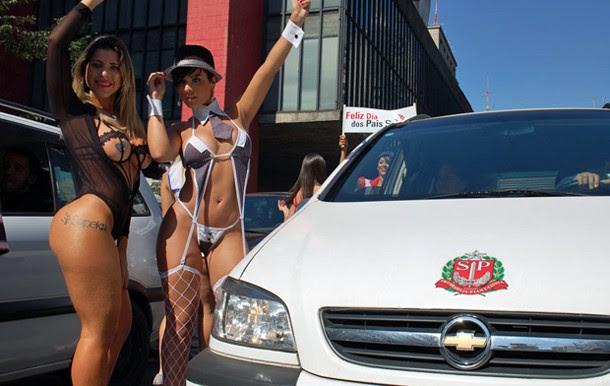 Modelos de lingerie na Avenida Paulista na tarde de quarta (08) (Foto: Fábio Tito/G1)