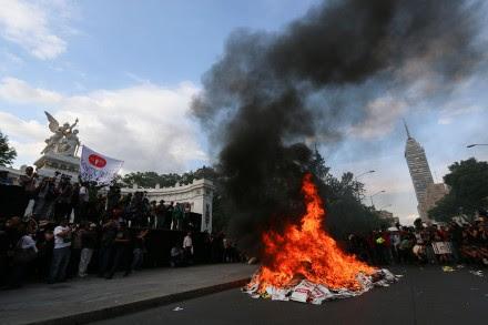 Familiares de los 43 queman propaganda electoral en la Ciudad de México. Foto: Hugo Cruz