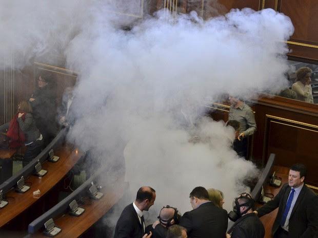 Deputados da oposição lançaram gás lacrimogênio para obstruir sessão no parlamento em Pristina, em Kosovo, nesta sexta-feira (19) (Foto: Agron Beqiri/ Reuters)