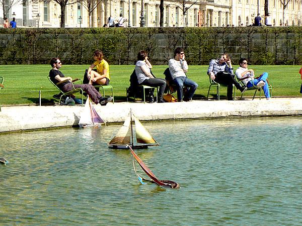farniente autour du bassin des Tuileries.jpg