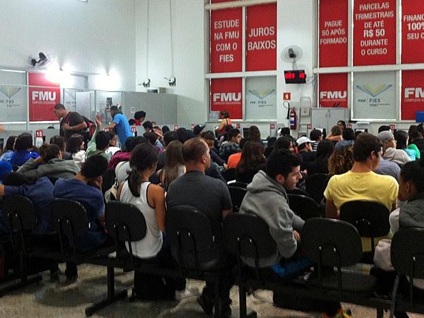 Estudantes reclamaram de tempo de espera e pouca distribuição de senhas (Foto: Gabriela Gonçalves/G1)