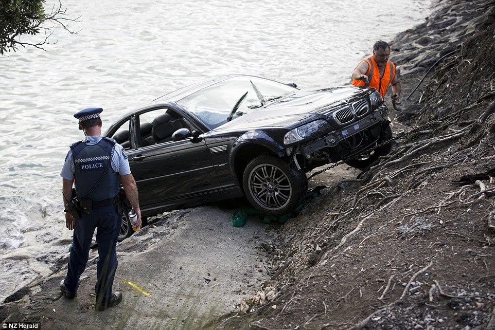 La mujer tiene la suerte de estar vivo después del terrible accidente donde su coche careered en el puerto