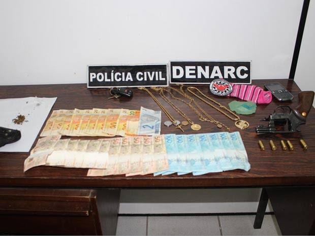 Apreensão feita pela polícia na casa do homem preso (Foto: Divulgação/Polícia Civil)