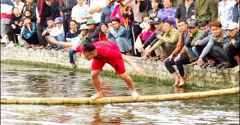 Cười đau bụng với trò trơi - Đi cầu thùm Lễ hội Đình Lạc Dục
