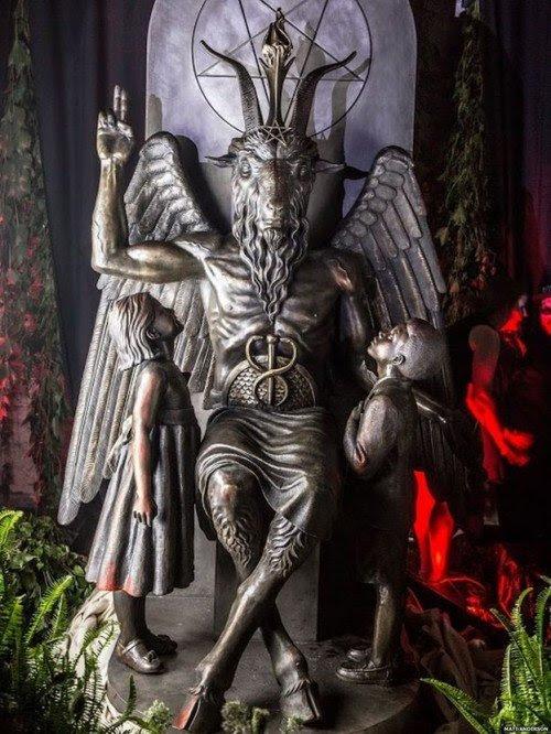 O caduceu no colo de Baphomet é utilizado para representar um falo ereto.  Combinado com os dois filhos, esta estátua é uma verdadeira aceno para obsessões favoritas da elite ocultista.