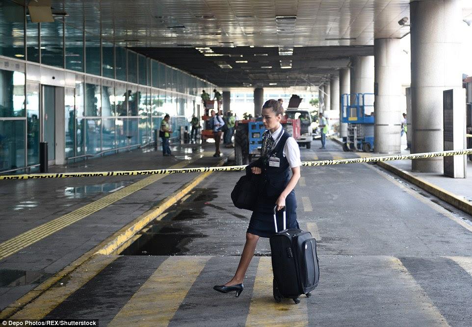 A relatórios aeromoça para o trabalho no aeroporto Ataturk, esta manhã, poucas horas depois de até 50 pessoas foram mortas em um ataque de três homens-bomba