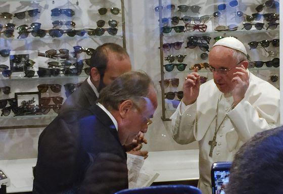 El Papa Francisco se prueba unas gafas en una óptica en Roma.