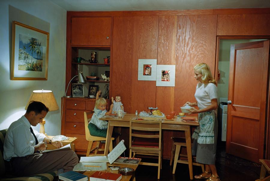 Un estudiante estudia casadas como su esposa sirve la cena a su hija en Coral Gables, Florida, noviembre 1950.Photograph por Volkmar K. Wentzel, National Geographic