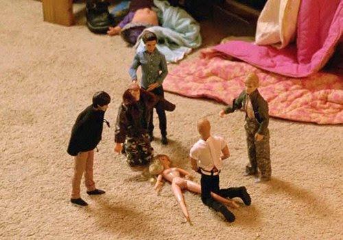 A filha de Martin Hart colocou cinco bonecos masculinos em torno de um boneco nu feminino.